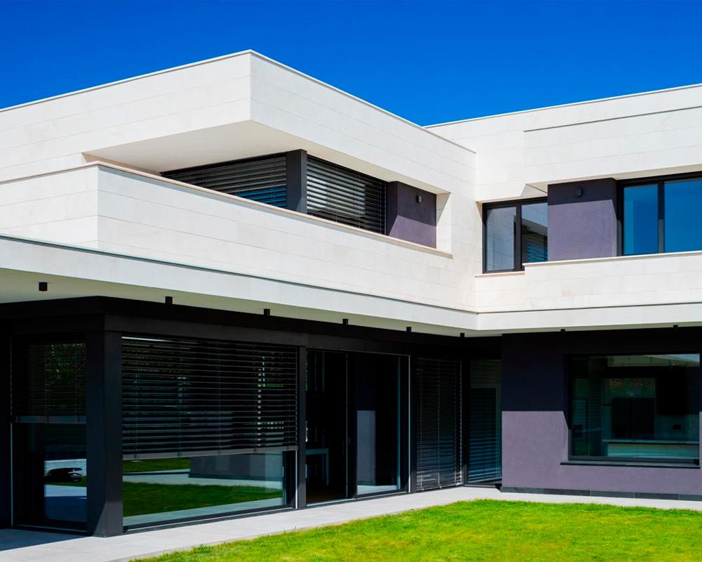 obra con elementos de protección solar y ventanas bellafinestra